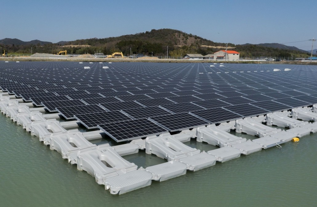 1.7MW_floating_solar_power_plant_at_Nishihira_Pond_2
